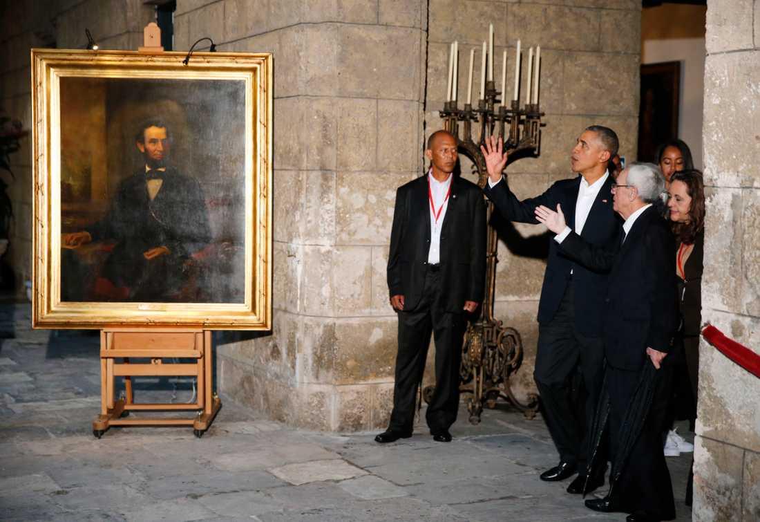 Barack Obama guidas runt i  gamla stan i Havanna. Här vid ett porträtt av Abraham Lincoln