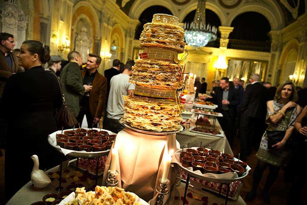 EFTERRÄTTEN  Finalen på festen i Malmö var en gigantisk spettekaka. I andra arrangörsstäder ser det likadant ut. Det bjuds på skaldjur, vin och lokala delikatesser betalda med skattepengar.