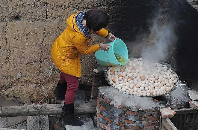 STEG 2 Fyll stekpannan med ägg. Häll över det naturligt framtagna kokvattnet i pannan och börja koka.