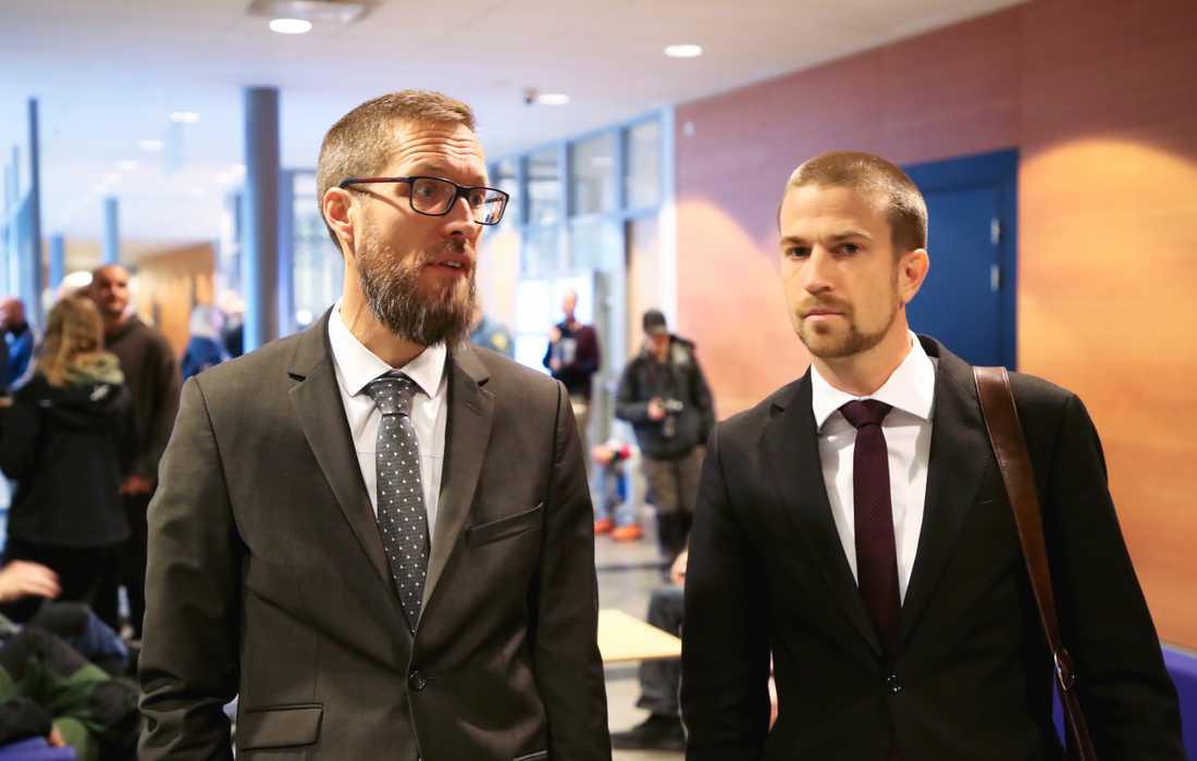 Åklagarna Jonas Martinsson (tv) och Viktor Törneke (th) inför starten av rättegången mot 15 män med kopplingar till Nordiska motståndsrörelsen (NMR) som deltog i en nazistdemonstration i Göteborg 2017.