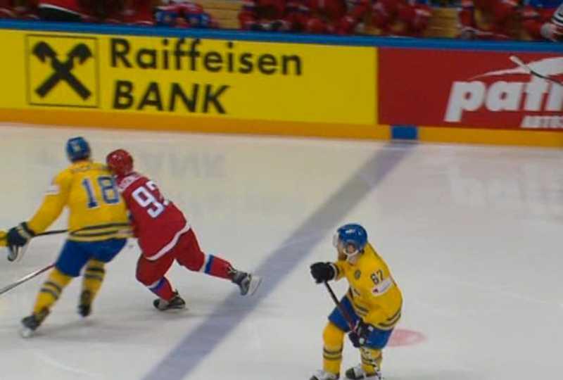 Mikael Backlunds tackling på Jevgenij Kuznetsov.