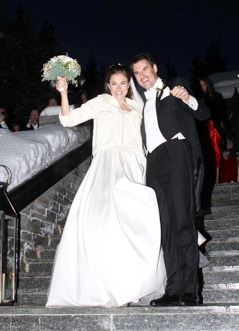 Tajt liv och mycket vidd i kjolen. När Caroline Leksell gifte sig med britten Graham Cooke i St Moritz förra året valde hon en klassisk prinsessmodell. För att skydda sig mot decembervindarna bar hon en vit kort päls på väg till kyrkan.