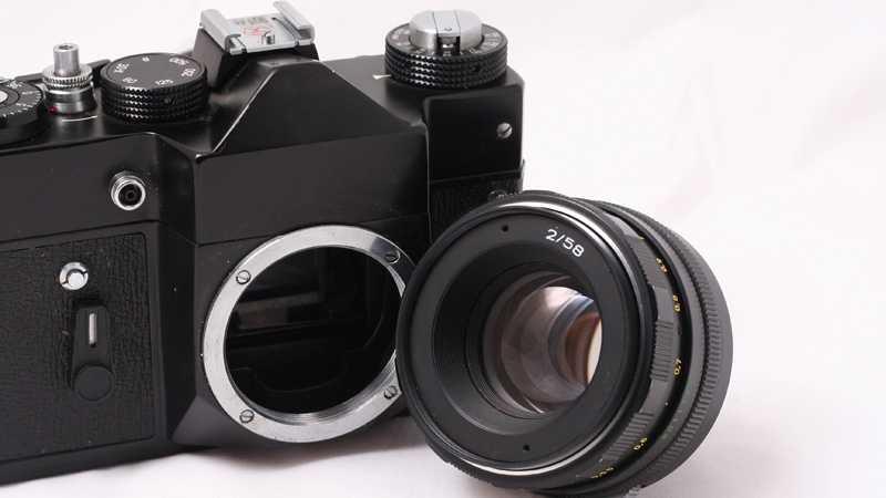 Se till att byta objektiv snabbt - kamerans inre är mycket känsligt för damm, smuts och fukt.