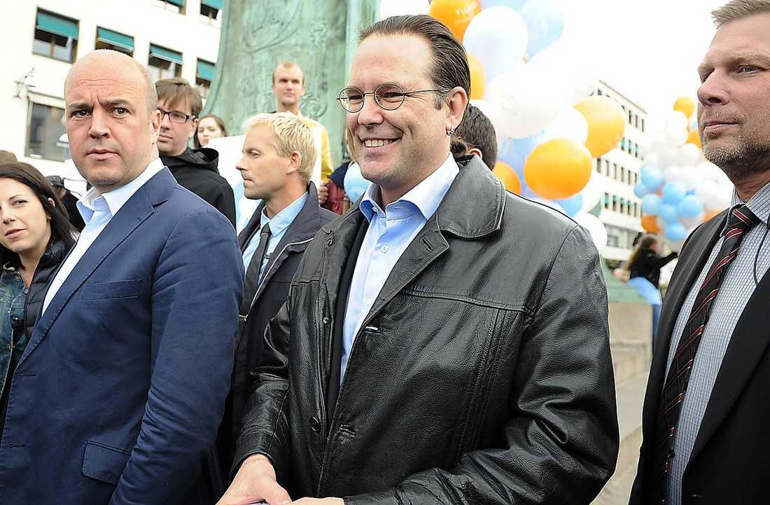 DYRA VANOR Fredrik Reinfeldt och Anders Borg har betalat stora belopp för att nå ut med sin information.