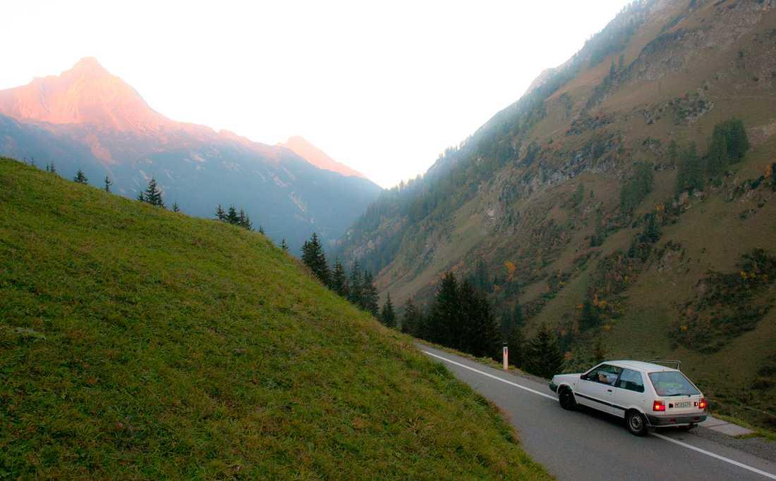 """Schweiz Mitt i serpentinvägsbacken i de schweiziska alperna ringde Kents flickvän. """"Jag blev så rädd och förbannad för han började prata och det fanns inga räcken och vi på min sida var det bara ett stup och jag var så jäkla rädd"""" berättar Roger och skrattar vid minnet. Han tvingade Kent att stanna, sprang upp till tryggheten på kullen - och passade på att fånga ögonblicket i kameran."""