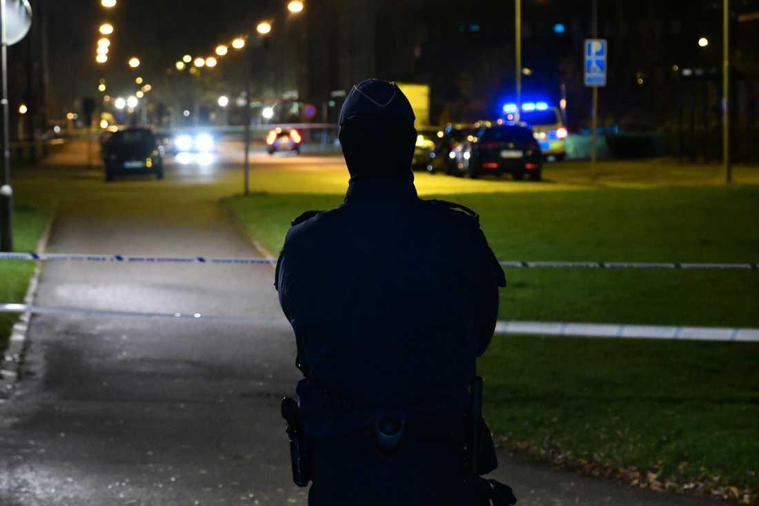 Polisen spärrade av ett större område i Malmö efter misstänkt explosion.