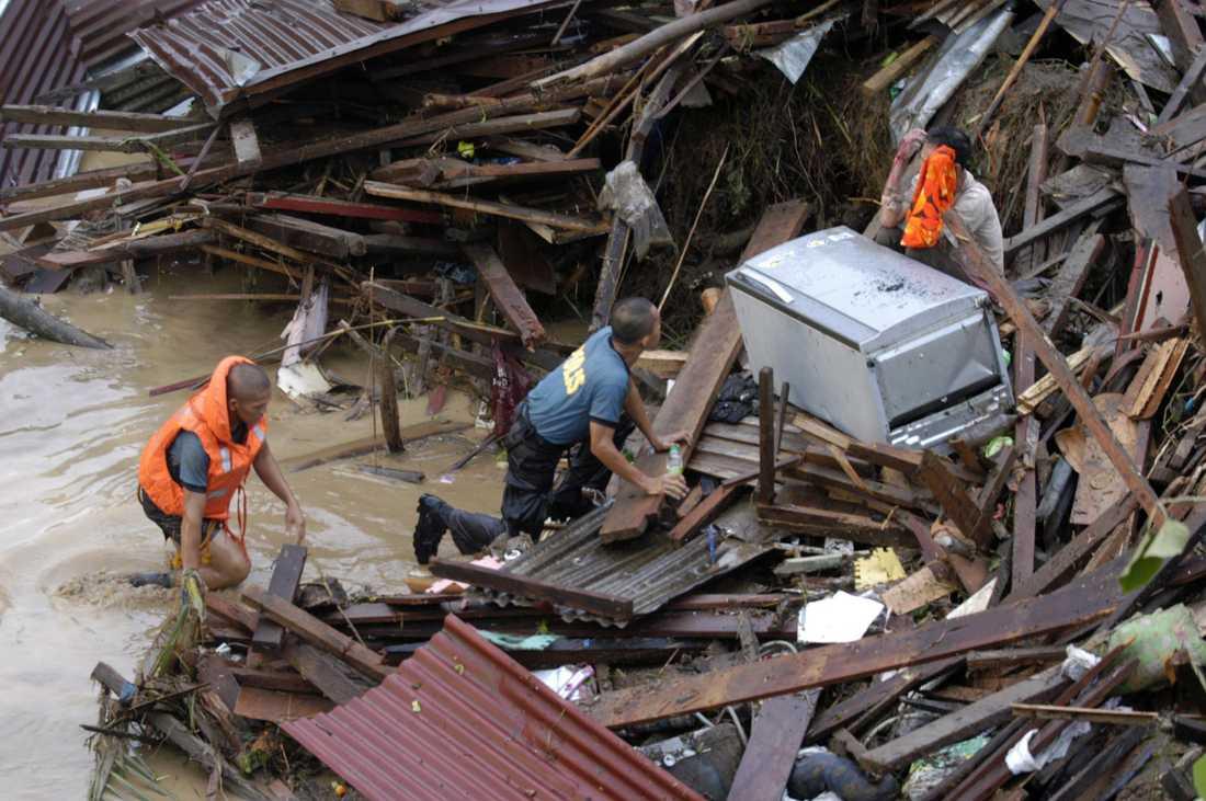 Polisen närmar sig en nödställd person mitt i det översvämnningsdrabbade området.