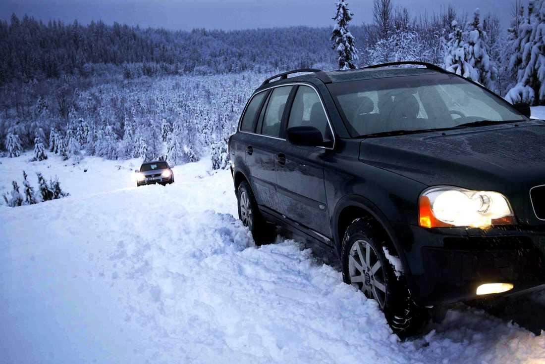 """Volvon hade inga problem, men vad hände med """"den riktiga"""" terrängbilen Touareg, med sina lågväxlar, diffbromsar och sitt höjbara chassi? Jo, den körde fast. Foto: LASSE ALLARD"""