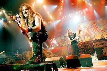 de ger järnet Iron Maiden fyrar av en ny tung show till sitt 30-årsfirande. Här är det basisten Steve Harris som är på väg att ta sig över scenkanten.
