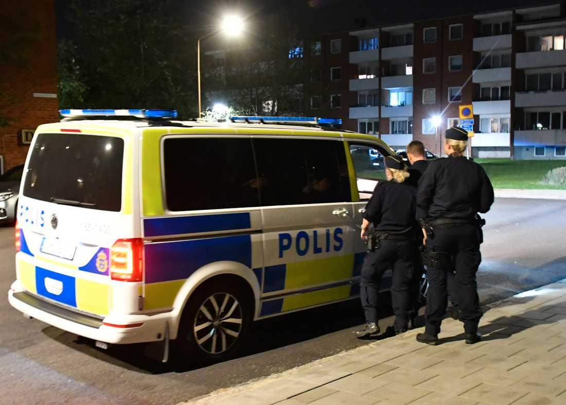 Poliser på plats.