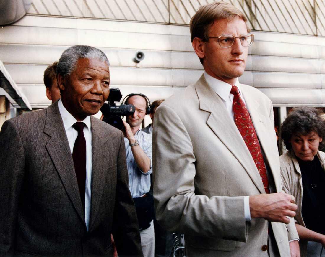 ANC-ledaren Nelson Mandela möttes av statsminister Carl Bildt på Arlanda när han anlände för bland annat diskutera  svensk sanktionspolitik. Maj 1992.