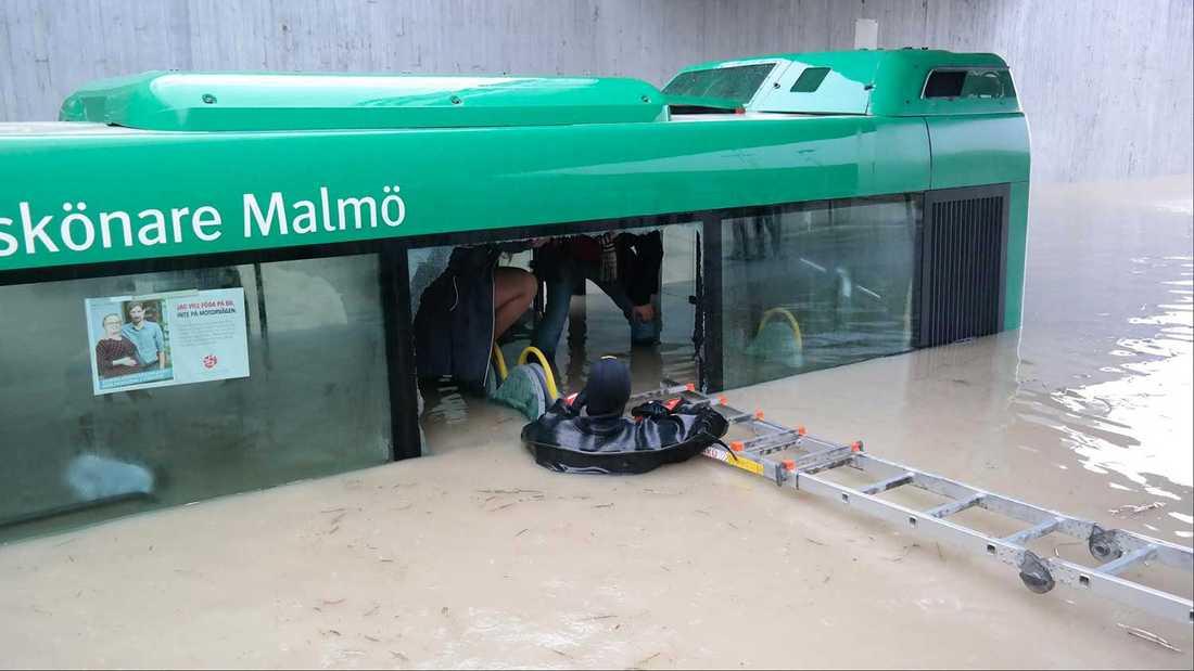 Flera passagerare blev tvungna att ta sig ur en översvämmad buss i Malmö.