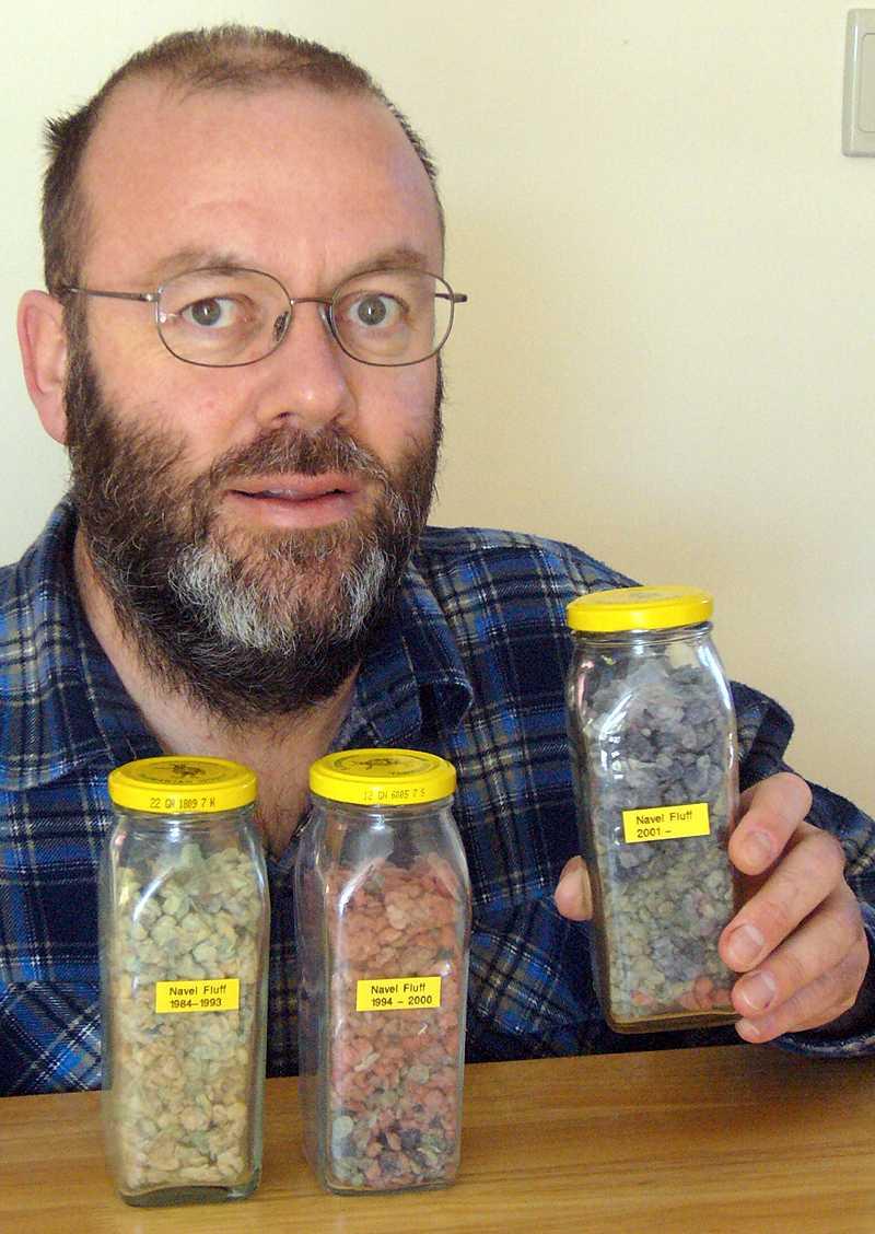 Graham Barker har samlat navelludd de senaste 26 åren. Hittills har han fått ihop 22,1 gram. För det skrivs han nu in i Guinness rekordbok.