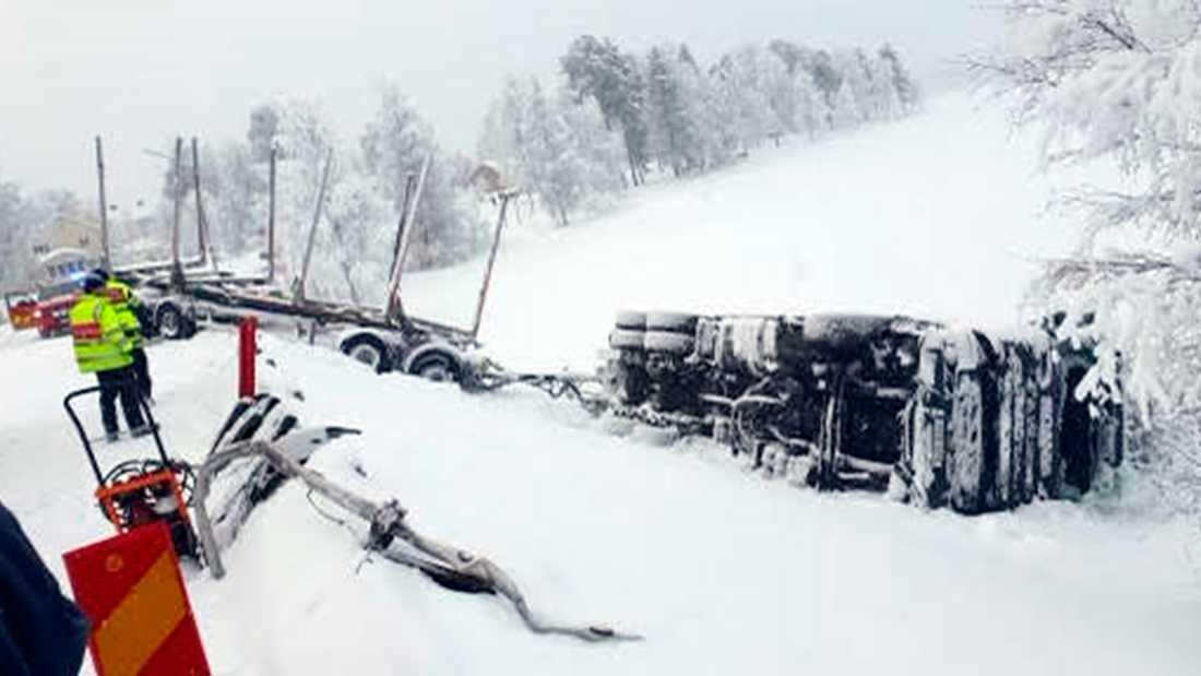Nicklas timmerbil välte över räcket, ner i isen och landade upp och ner i Viskasjön.