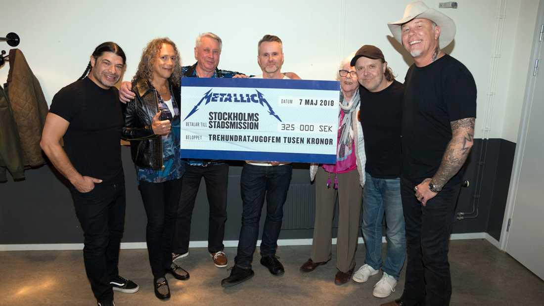 Metallica överräcker checken till Stockholms stadsmission.