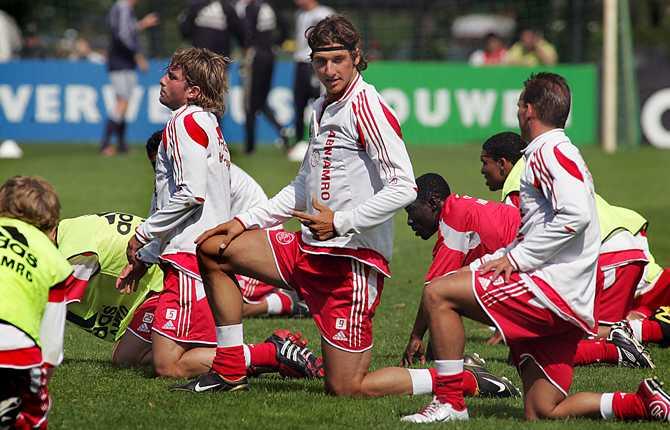 Zlatan återvände till Ajax efter EM 2004 men skulle snart dra vidare. Här stretchar Zlatan den 19 juli med lagkamrater som Maxwell, Nigel de Jong och Wesley Sneijder.