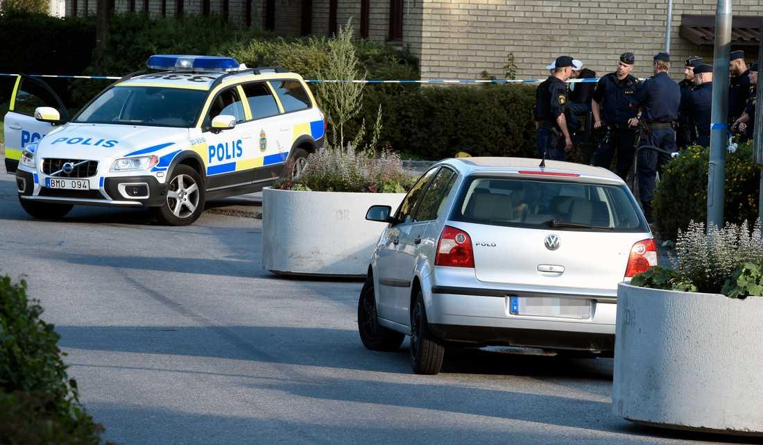 Polisen spärrade av platsen där flyktbilen hittades.