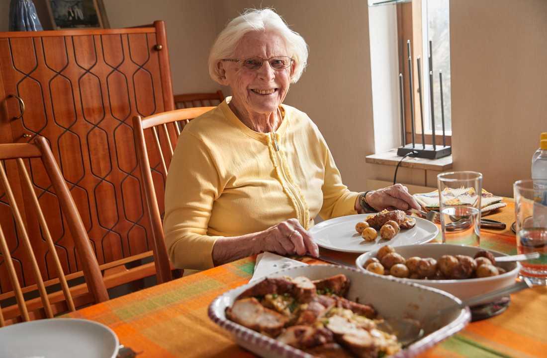Nu äter Elsa Rix, 93, bättre mat tack vare att dottern Petra köper lunchmat från ett hotell.