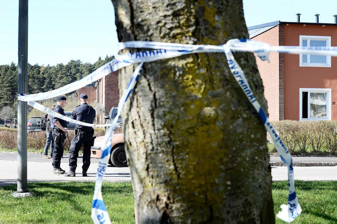 Poliser på gatan där bråket med dödlig utgång ägde rum.