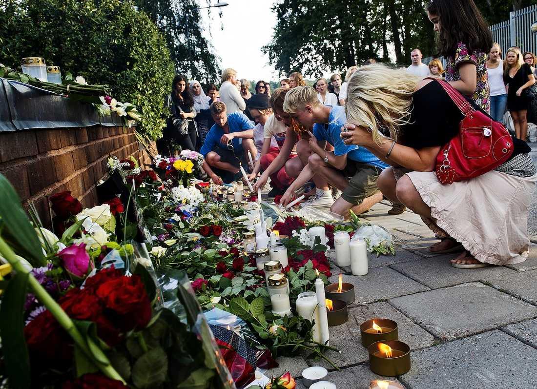 """MINNESSTUND I STOCKHOLM Hundratals människor samlades i går utanför norska ambassaden i Stockholm för att hedra offren. """"Det har varit ett enormt engagemang"""", säger Frode Solberg, minister vid norska ambassaden."""