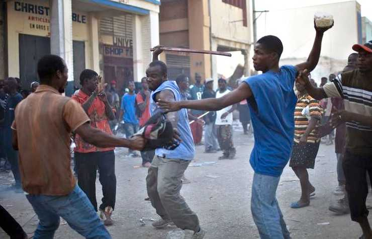 Haitier slåss över mat från en förstörd butik.