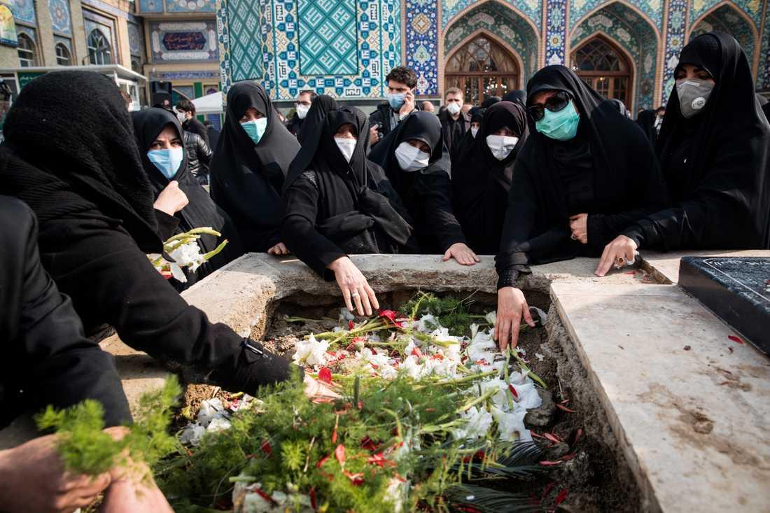 Deltagare ber vid Mohsen Fakhrizadehs grav under ceremonin i Teheran på måndagen.