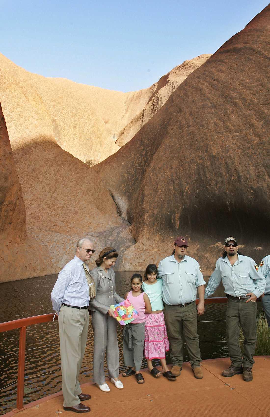 Australien visar gärna upp Uluru när det kommer fint besök. Här stannar svenska kungaparet till vid Ulurus vattenhål under ett statsbesök i november 2005.