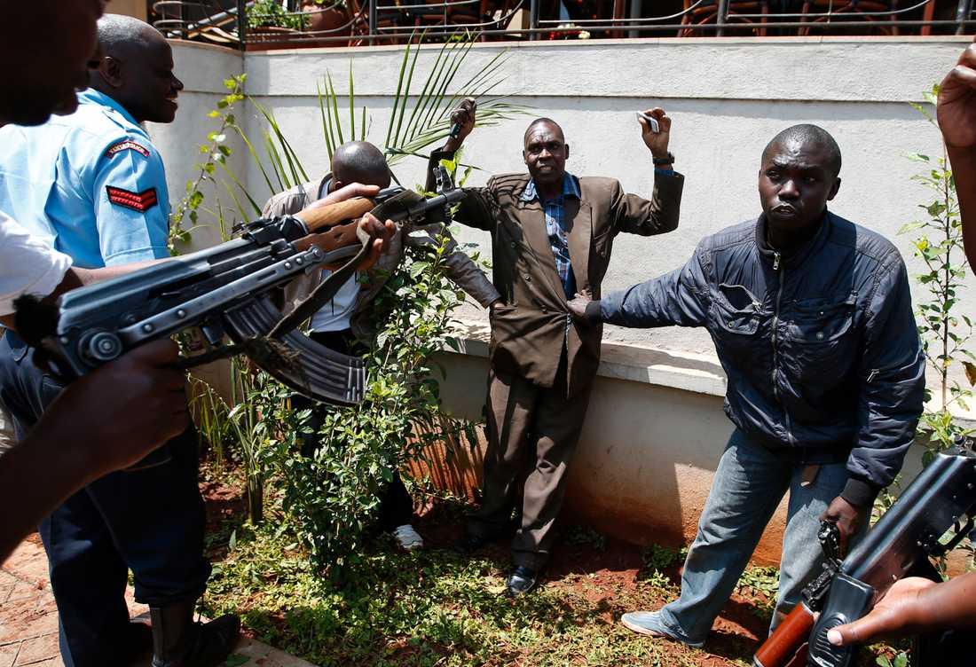 En man visiteras av soldater utanför Westgate.