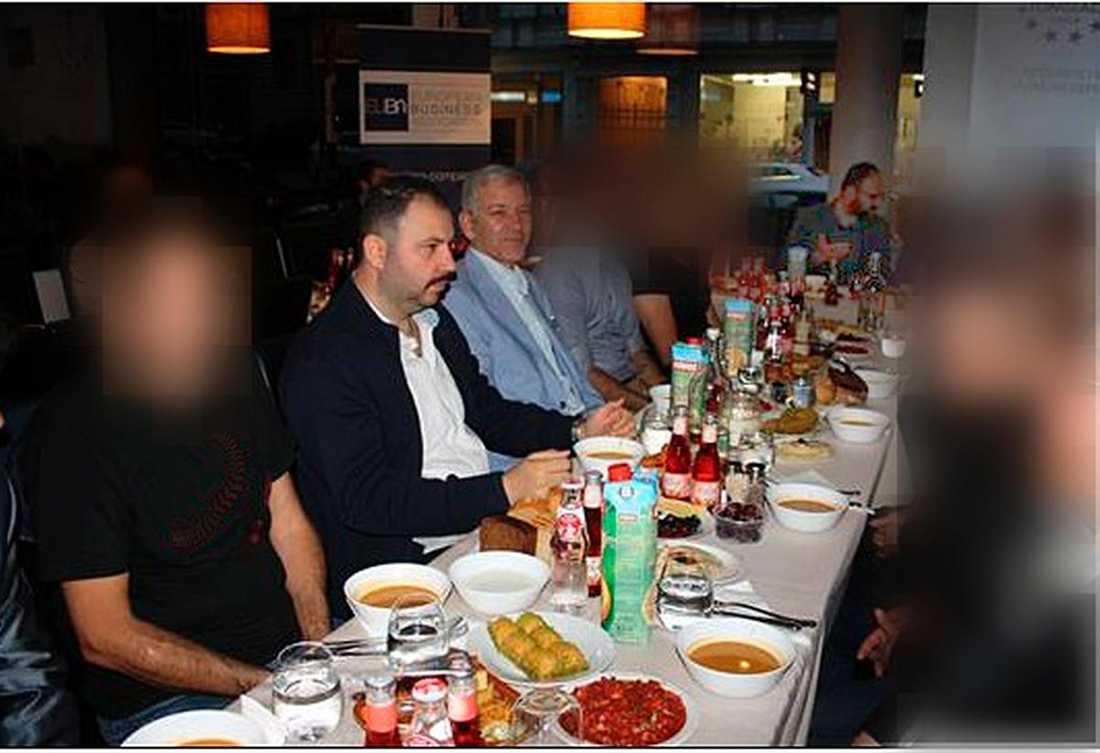 """fångades på bild I förra veckan avslöjades det att bostadsminister Mehmet Kaplan ätit middag tillsammans de med högerextrema ledarna Ilhan Senturk och Barbaros Leylani. Den senare har önskat """"död åt de armeniska hundarna""""."""
