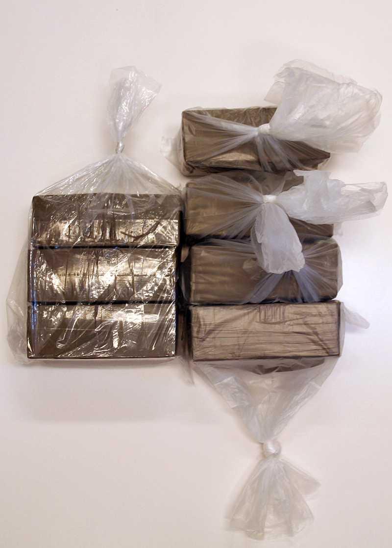En medlem i Hells Angels supportergrupp Red and white crew anses vara huvudperson i droghärvan. Nära sju kilo hasch beslagtogs. Hasch kostar nära 100 kronor per gram på gatan.