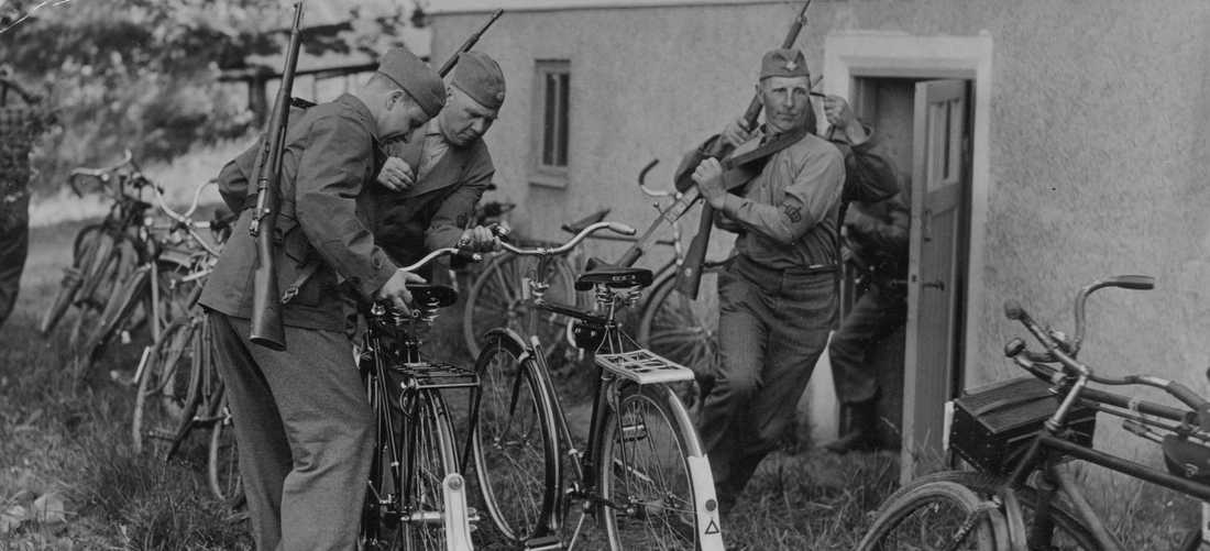 Kurs för hemvärnsledare i Tullinge. Larm har gått om fienden och hemvärnsmännen skyndar till sina cyklar.