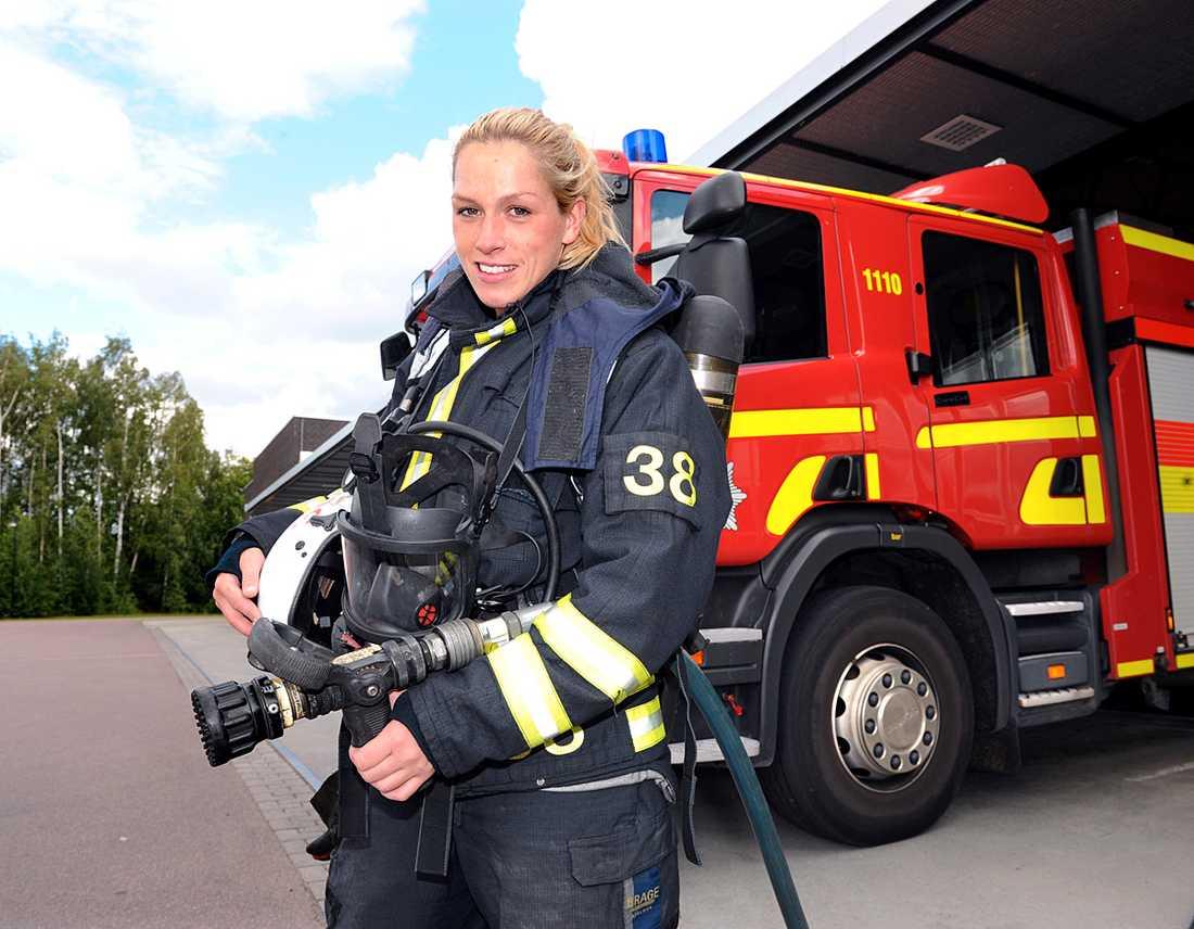 Caroline Ek, 28, bjöd i dag in Ulf Brunnberg till sin arbetsplats på räddningstjänsten i Eskilstuna efter att han riktat kritik mot kvinnor som brandmän:  Jag orkar faktiskt bära en slang.