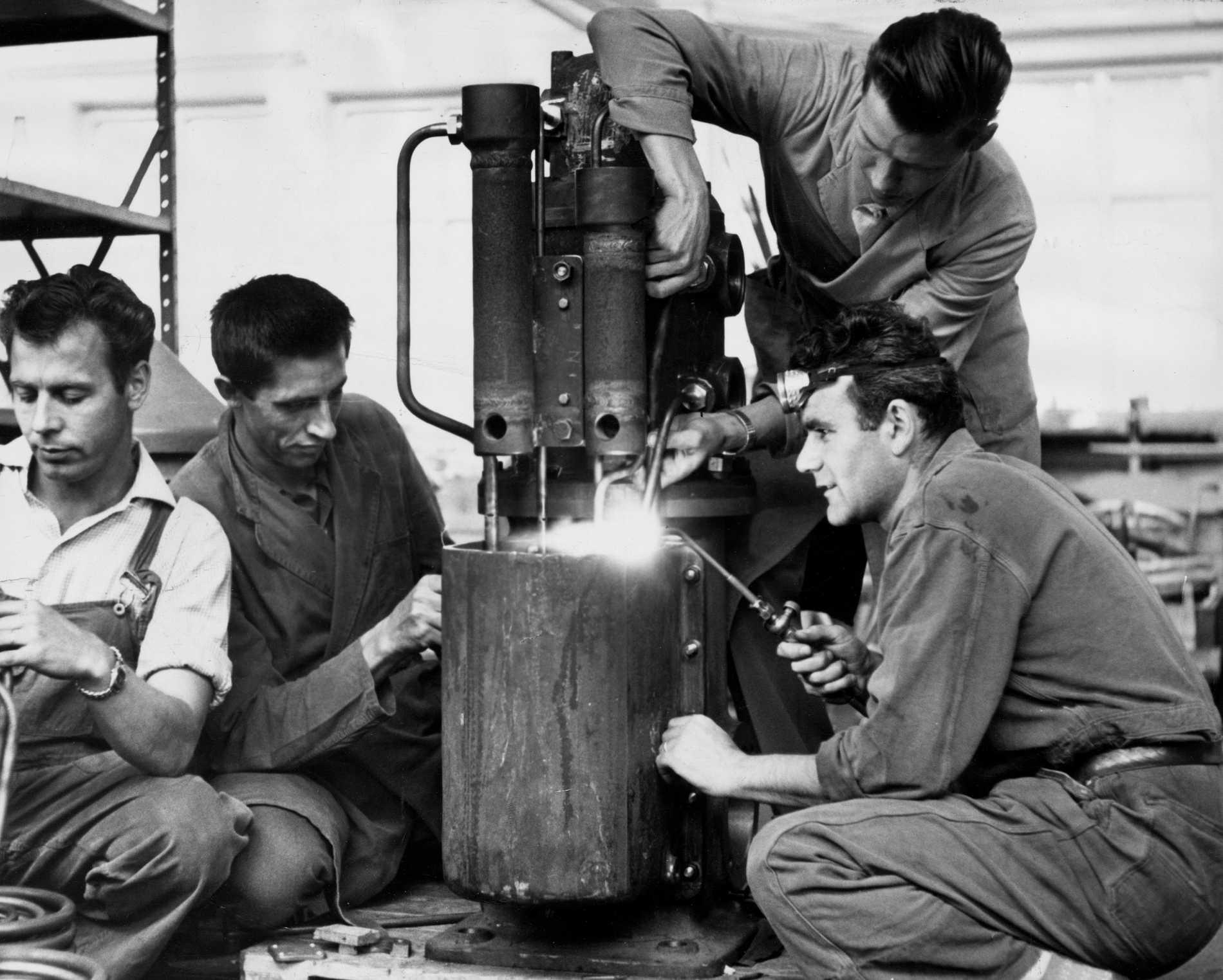 Italienske Armando Alberghetti (till höger) tillsammans med sina kollegor i Agas verkstäder på Lidingö 1961. En av många som verkliga Sverigevänner säger rara saker om.