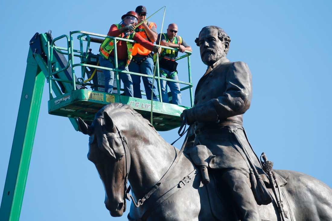 En staty föreställande sydstatsgeneralen RobertE Lee i Richmond i Virginia undersöks. Virginias guvernör har fattat beslut om att statyn ska forslas bort men en federal domare har tillfälligt stoppat beslutet.