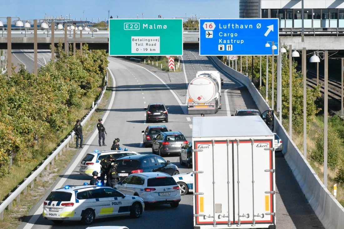 Polisen har satt upp vägspärrar och genomsöker alla bilar på väg mot Sverige.