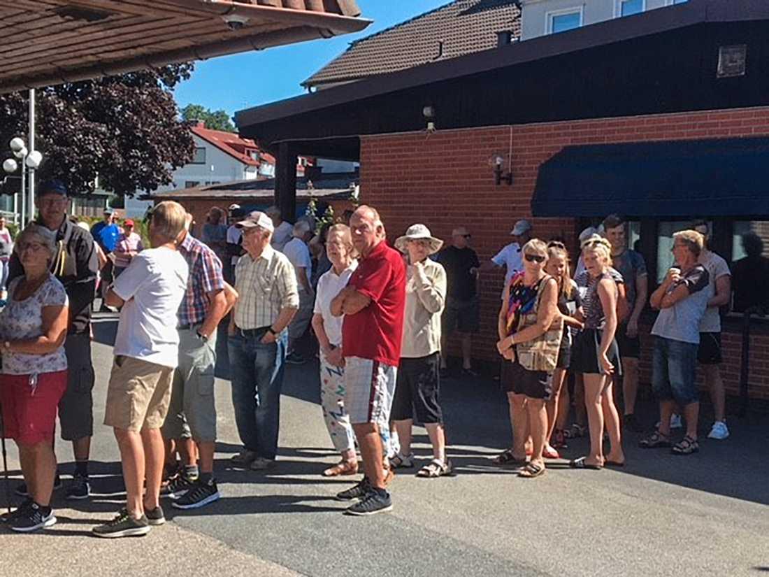 Mjöbäcks sparbank i Överlida, Svenljunga kommun, delade ut extra hundralappar för att få fler transaktioner i sin bankomat.