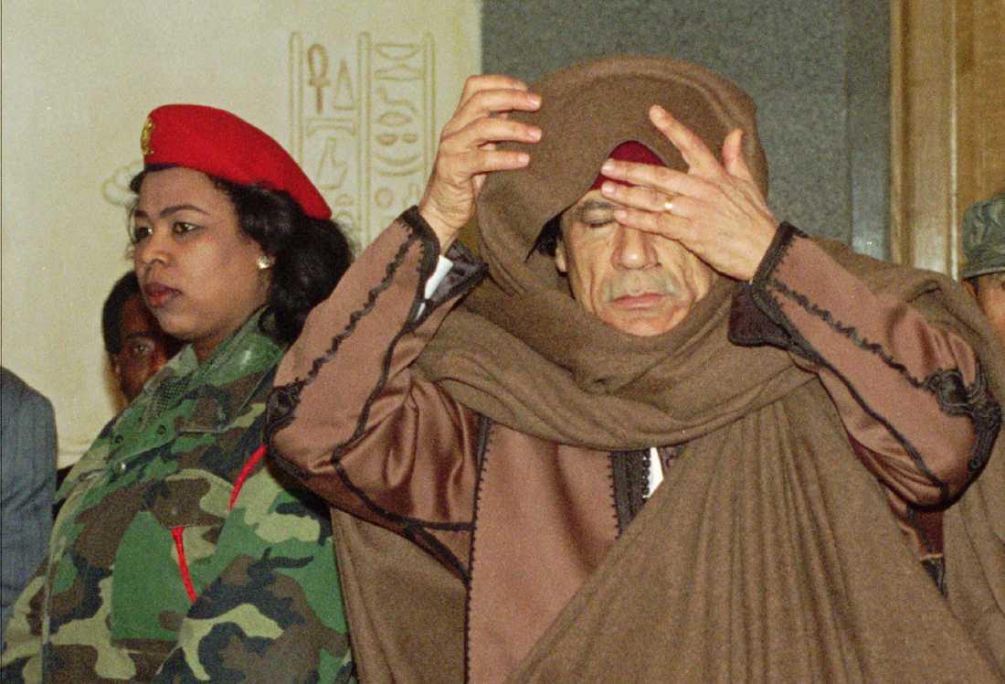 Muammar Gaddafi, 69, greps under torsdagen i Sirte. Vid gripandet sköts Libyens före detta ledare till döds.