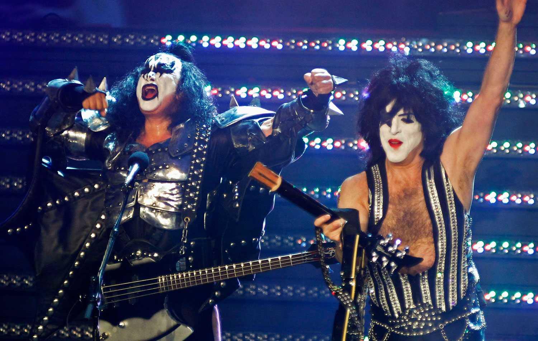 KISS Här ser vi bandet Kiss, med Gene Simmons i spetsen, uppträda.