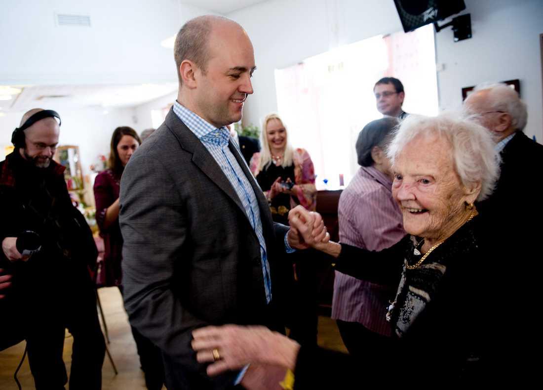 Fredrik Reinfeldt (M) och övriga politiker i hans generation struntar i pensionärerna, tycker debattören. Här besöker statsministern ett äldreboende och dansar med Ruth, 96.