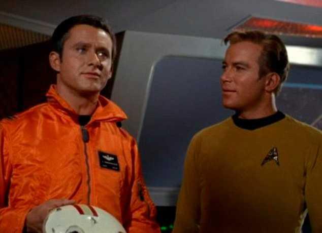 """Roger Perry i sin roll som Kapten John Cristopher (till vänster) i """"Star Trek""""."""