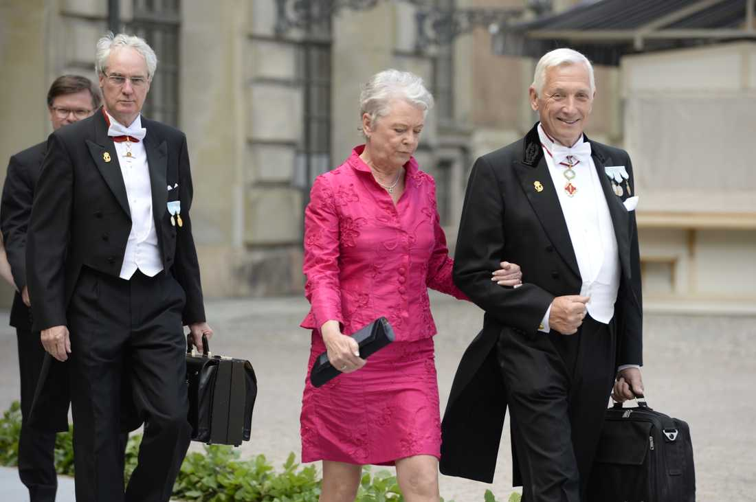 Det soliga vädret till trots marscherade de manliga gästerna röda mattan fram i frack. Damerna hade det något svalare.