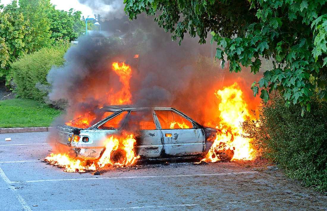 En bil brann i Tensta på fredagskvällen.