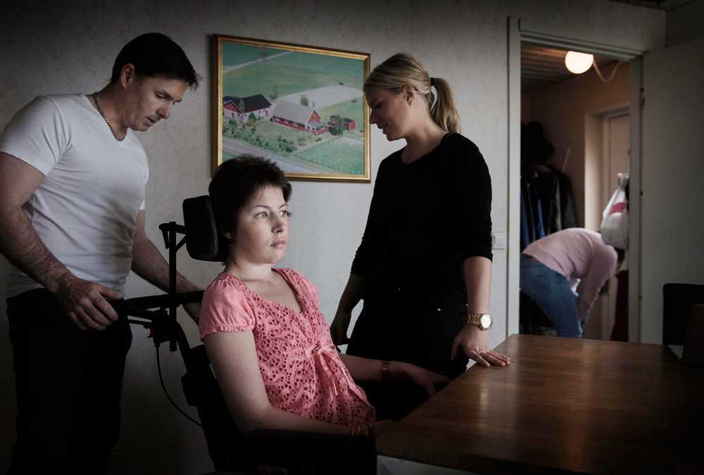 Aftonbladet träffade Nicole Pike, då 20, i maj 2015. Efter trafikolyckan behöver hon hjälp med allt. Hon har svåra hjärnskador. Här med pappa Patrik och personliga assistenten Emma.