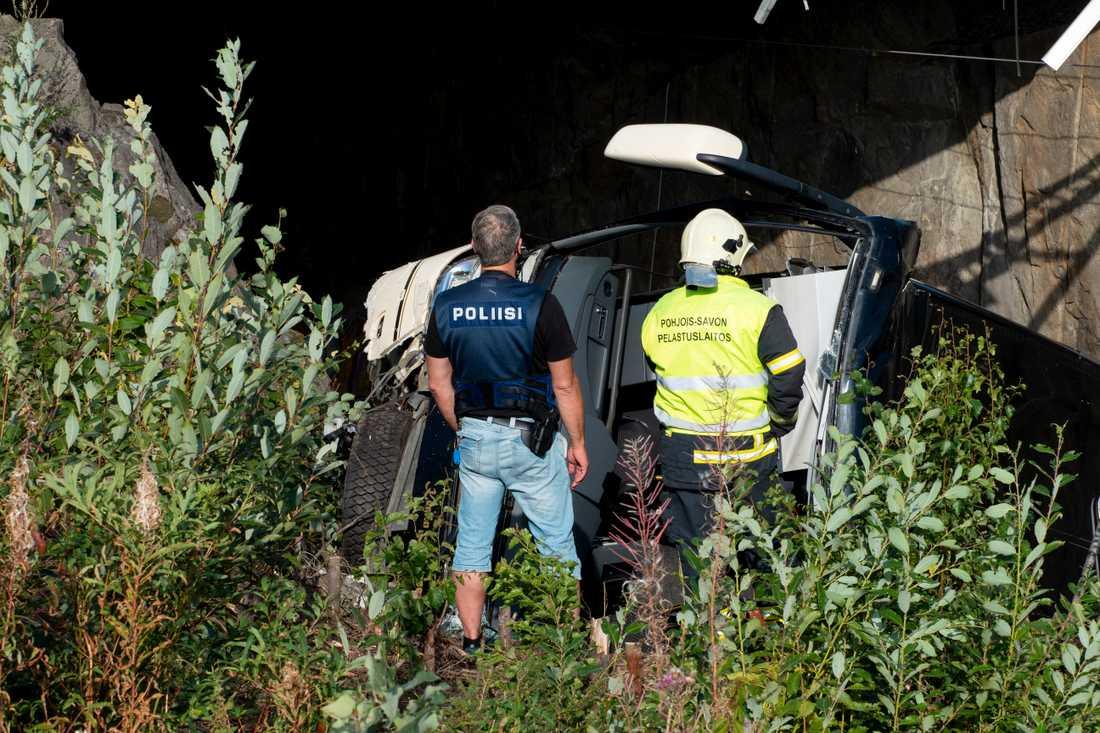 Bussen störtade 7–10 meter ner från bron.