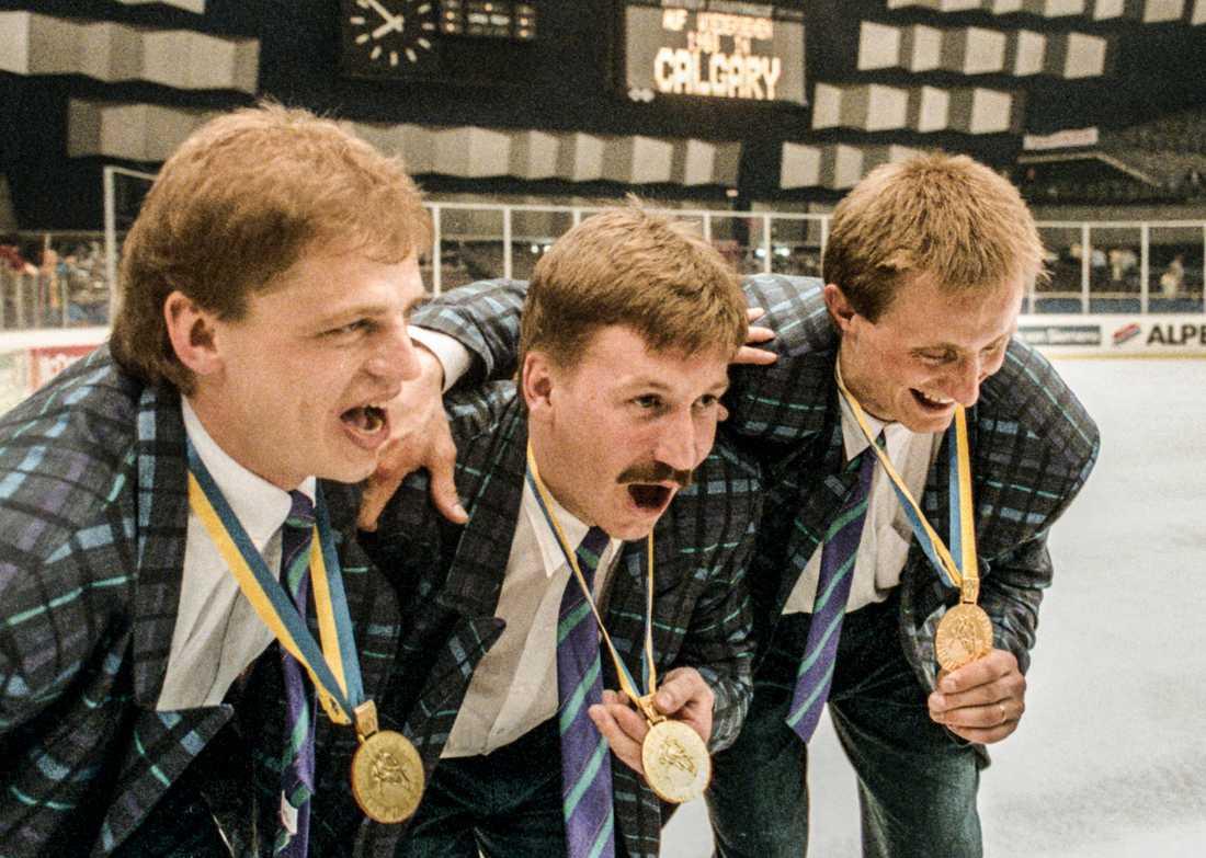 """Peter """"Pekka"""" Lindmark (mitten) firar VM-guldet 1987 med Bengt-Åke Gustafsson och Anders Eldebrink."""