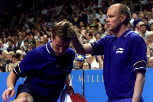 J-O Waldner tröstas av Ulf  Tickan  Carlsson efter finalförlusten i OS i Sydney 2000...
