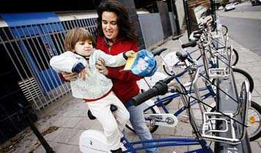 Anna Camargo och dottern Lucia Hellzon satsar på en lånecykel.