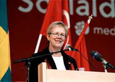 TAR STÄLLNING I en gemensam debattartikel på DN Debatt slår LO:s ordförande Wanja Lundby Wedin och bland andra Svenskt Näringslivs vd Göran Tunhammar ett slag för euron.