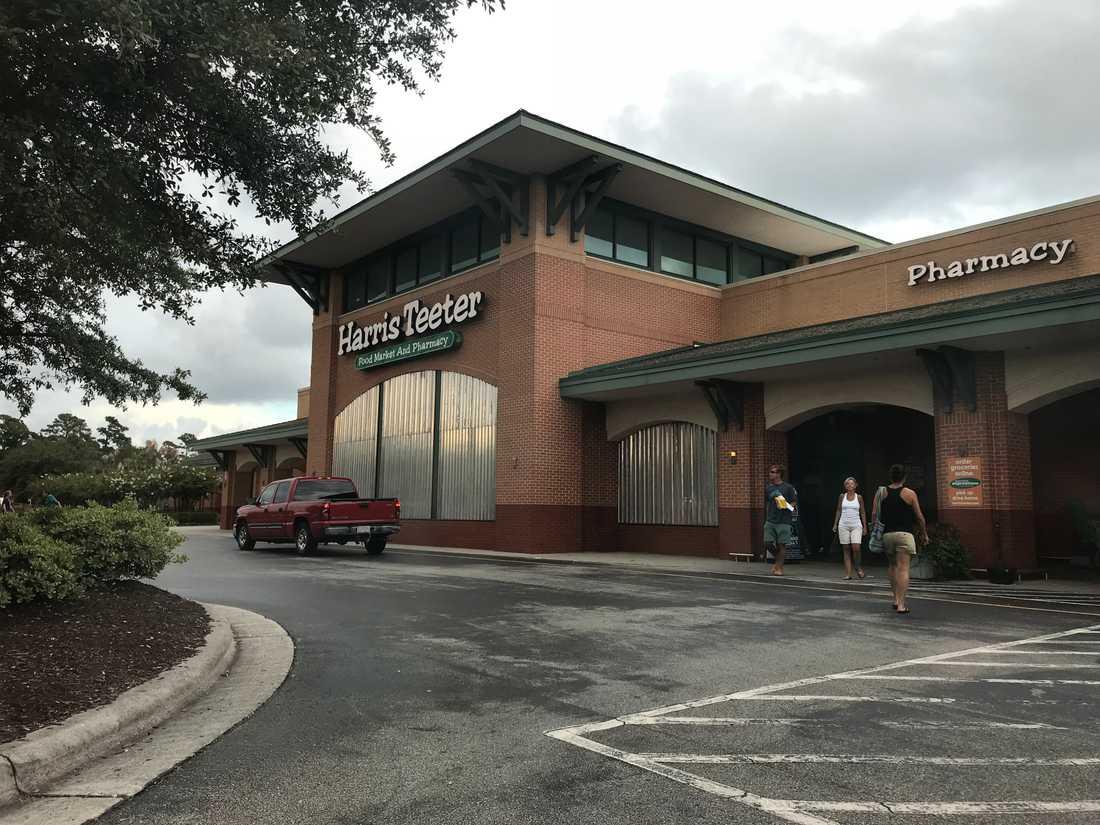 Affärer har satt plåt framför fönstren i Wilmington, NC, inför orkanen Florence.