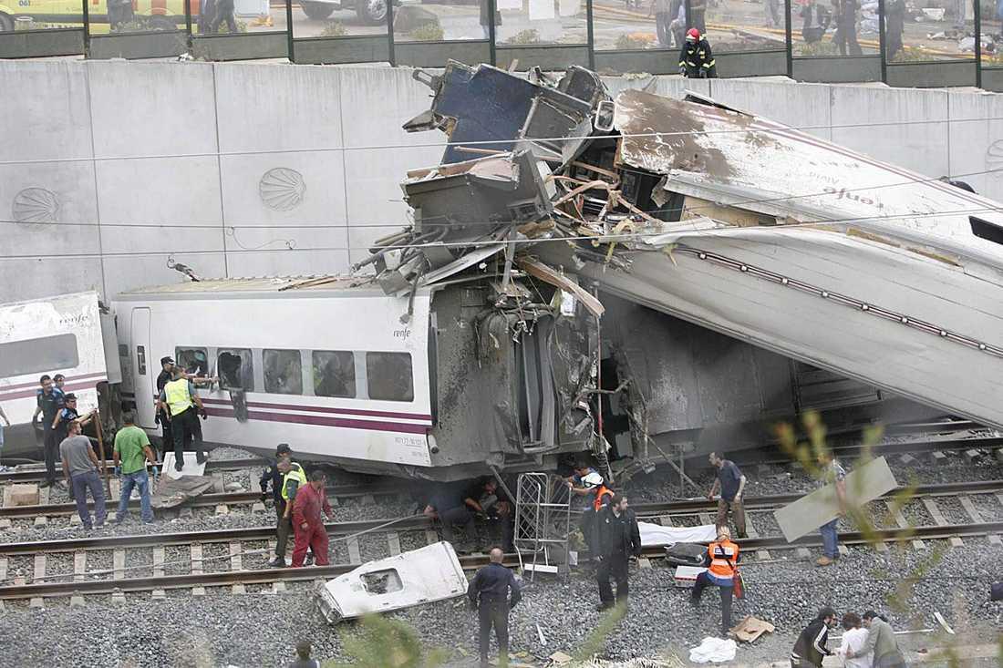 Tåget ska ha spårat ur i en kurva och en av vagnarna uppges ha fattat eld i kraschen.